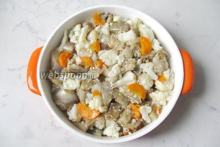 Овощи выложить в форму для запекания, смазанную маслом.