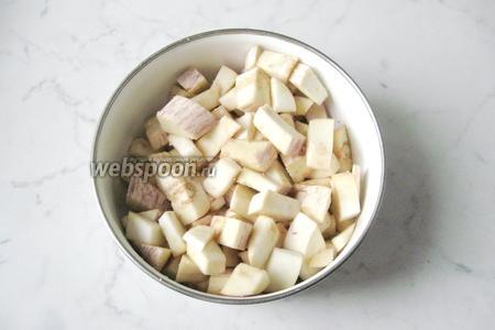 Выложить нарезанные баклажаны в миску.