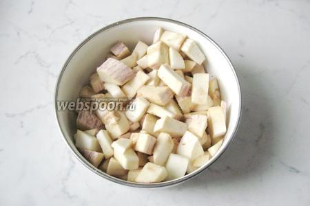 Посыпать солью и перемешать.