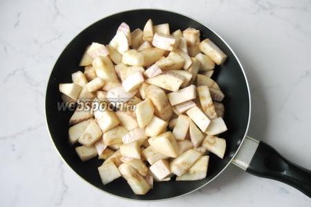 Через 10-15 минут слить с баклажанов образовавшуюся жидкость и обжарить их на растительном масле 10-15 минут.