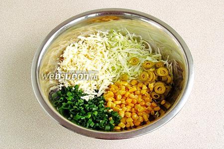 Соединить все подготовленные ингредиенты, добавить процеженную от заливки кукурузу и посолить по вкусу.