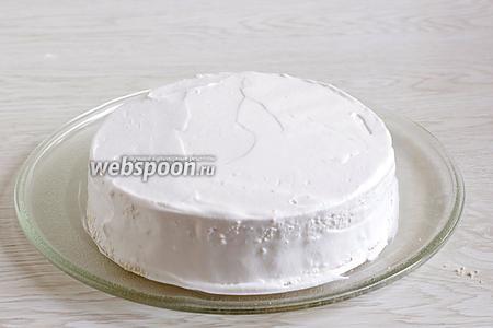 Обмазать сливками бока торта.