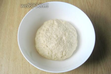 Затем выложить на стол и замесить эластичное, мягкое тесто. К рукам оно липнуть не будет.