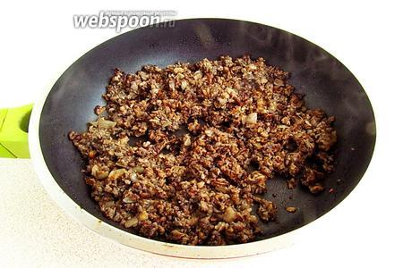 Выложить грибную массу на сковороду с разогретым сливочным маслом и обжаривать в течение 7-10 минут, а затем обсыпать мукой и перемешать.