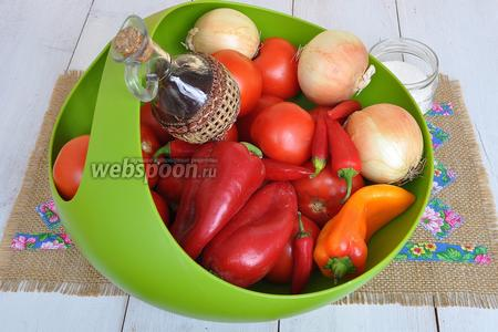 Нам потребуются помидоры, перец болгарский, лук, перец чили, горчица сухая, соль, сахар, масло растительное, уксус.