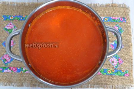 Уваривать соус ещё 30 минут, добавить уксус. Горячий соус разлить по стерильным банкам.