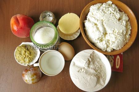 Ингредиенты: мука, сахар, масло сливочное, персики, сливы, творог, пудинг, сливки (факультативно, если творог жирный не кладём), яйца (4 белка и 2 яйца), ваниль (ванильный сахар),  курд из базиликовый  (при изготовлении используются 4 желтка), вода, соль.