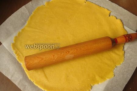 Достаём тесто, 1-2 минуты даём ему согреться, раскатываем по размеру формы, плюс бортики.