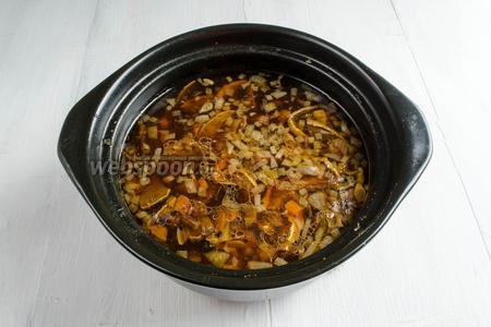 Довести до кипения. Подержать суп на огне ещё 1 минуту. Снять с плиты. Суп готов.