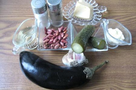 Для приготовления такого салата потребуются следующие продукты: красная фасоль, баклажан, огурец маринованный, сыр твёрдый, подсолнечное масло,  чеснок, майонез, соль и перец чёрный молотый.
