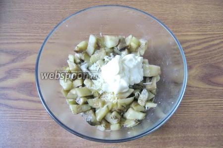 Салат заправить майонезом. Майонеза много не нужно, салат и так достаточно сочный. Поперчить и посолить по вкусу, учитывая, что огурец, сыр и майонез уже с солью. Я вообще-то не солила.