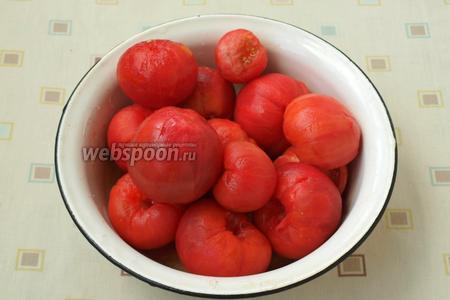 Помидоры бланшировать в кипящей воде 1 минуту, после этого обдать холодной водой и снять шкурку. Плодоножки вырезать. Нарезать помидоры крупными дольками. Если шкурка вас не смущает, то можно не заниматься бланшированием, а просто нарезать помидоры дольками.