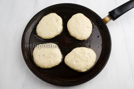 На раскаленную с маслом сковороду вылить ложкой тесто. Жарить на тихом огне до подрумянивания боков у оладьев.