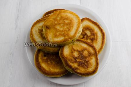 Готовые оладьи выложить на блюдо. Подавать оладьи можно с вареньем, сметаной к завтраку или на перекус.