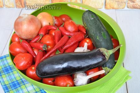 Приготовим баклажаны, кабачок, помидоры, перец сладкий, чеснок, перец чили, лук репчатый, соль, сахар, масло, уксус.