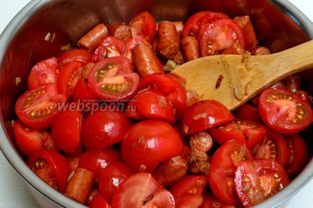 Пришло время добавить помидоры. Обжариваем, аккуратно перемешивая, около 5 минут.