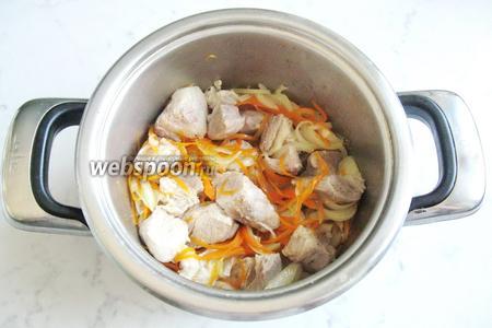 Перемешать мясо с овощами и тушить 7-10 минут. Если мало жидкости, то добавьте немного воды, чтобы не подгорело.