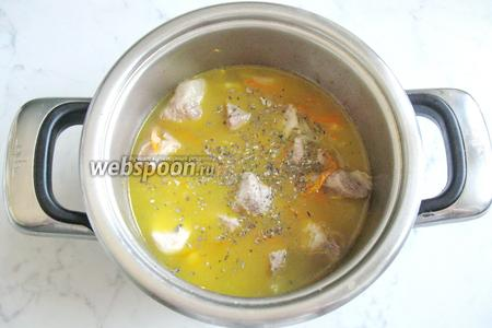 Затем добавьте соль, перец чёрный молотый, сухой базилик и воду так, чтобы она покрывала мясо.  Кастрюлю накройте крышкой и тушите мясо на небольшом огне почти до готовности.