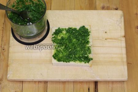 Смазываем кашицей хлеб с двух сторон, прямо втираем в поры.