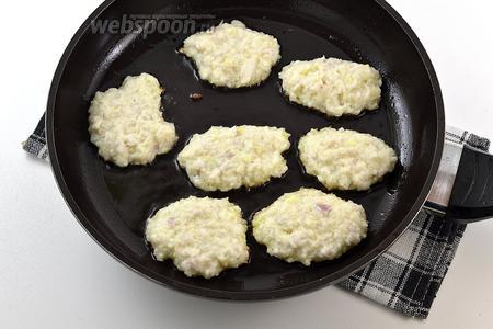 Обжаривать небольшие оладьи до золотистого цвета на горячей сковороде с растительным маслом. Огонь — немного ниже среднего.