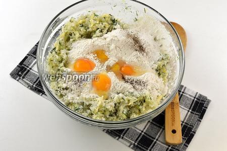 Добавить молоко, просеянную с разрыхлителем муку, перепелиные яйца.