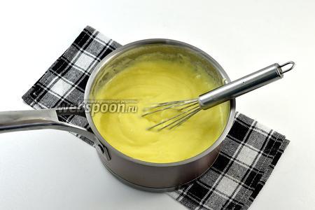 Молоко довести до кипения и тонкой струйкой влить желтково-крахмальную массу, постоянно помешивая. Готовить, помешивая, 1 минуту до загустения (не кипятить долго, а просто довести до загустения и первых «бульк»).
