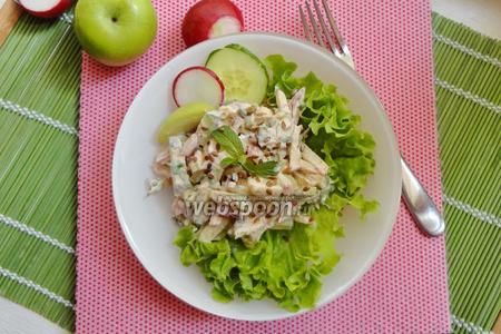 Салат с редиской, огурцом и яблоком