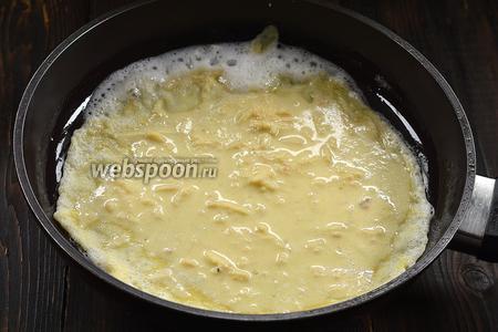 Выпекать блины на слегка смазанной подсолнечным маслом горячей сковороде, налив тесто тонким слоем.