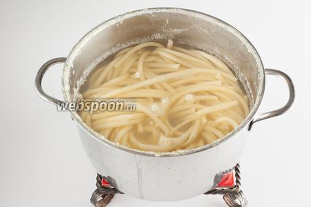 К кипятку для варки макарон доливаем остатки воды от варки фенхеля и варим в этой смеси макаронные изделия до готовности, согласно инструкции на упаковке.