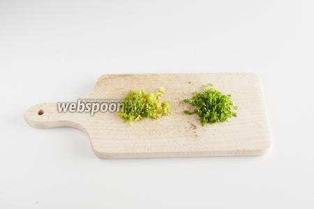 Мелко режем зелень фенхеля из шага 5 и остатки  пучка петрушки.