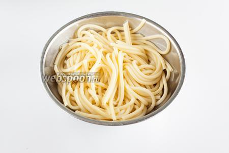 Сварившиеся макаронные изделия откидываем на дуршлаг, а потом поливаем их 2 столовыми ложками оливкового масла. И не слушайте злопыхателей, утверждающих, что смазывать макароны маслом, чтобы не слиплись, было чисто советской выдумкой и, де, в Италии так не делают! В Италии с макаронными изделиями чего только не делают, так что можно считать абсолютно невероятным, что они не делают с пастой хоть что-то! Короче, макаронные изделия солидно смазываются оливковым маслом.