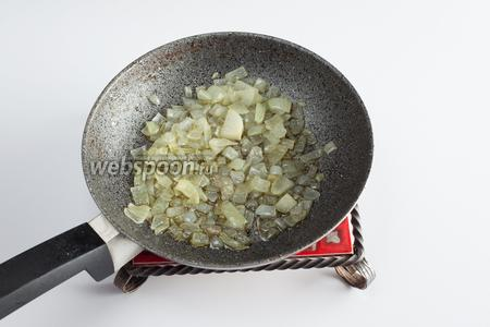 Пока варится фенхель, чистим и режем кубиками лук и томим его в 2 столовых ложках оливкового масла до прозрачности.
