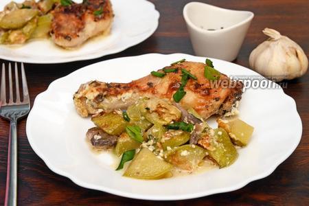 Курица запечённая с кабачками, зелёным луком и грибами