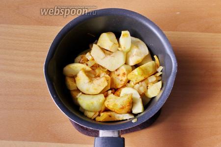 Затем добавим яблоки. Перемешаем.