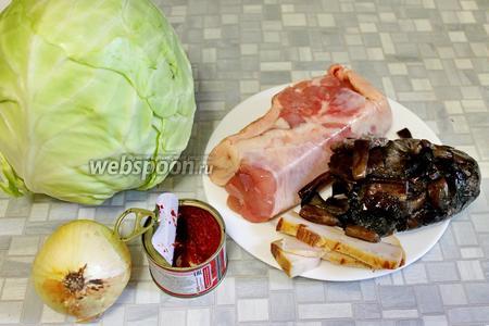 Взять свежую капусту, грибы (у меня опята и моховики), куриное мясо без костей, сало копчёное, лук, томатную пасту, соль, масло.