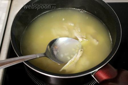 Когда картофель и пшено разварятся, добавить рыбные хребты. Если готовите уху с добавлением другой рыбы — сейчас пора её ввести.