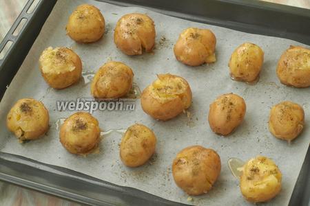 Донышком стакана придавить каждую картофелину, чтоб треснула. Посыпать травами и ещё немного сбрызнуть маслом.