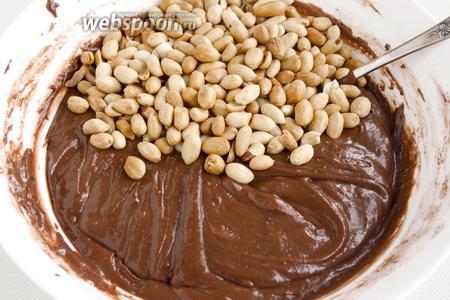 Соедините мучную и яичную массы. Перемешайте, добавьте арахис. Ещё раз перемешайте.