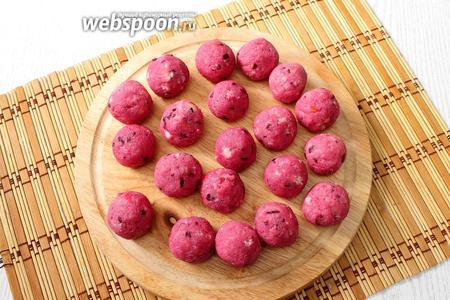 Из полученной массы лепим небольшие шарики, чуть больше, чем грецкий орех.