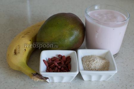 Для смузи понадобится манго, банан, йогурт, ягоды годжи, овсяное толокно.