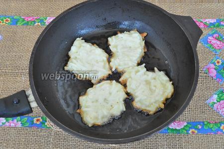 Жарить на раскалённой сковороде в большом количестве масла. Когда подрумянятся, перевернуть.