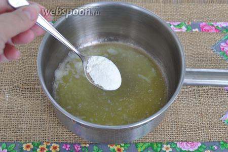 Приготовим  соус Бешамель . Я сделаю то же самое, но соус мне нужен немного более жидкий. Потому муки положу меньше. Растопим сливочное масло в сотейнике, добавим муку и обжарим. Добавим соль.