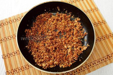 Масло с сахаром и овсяными хлопьями готовим помешивая на среднем огне, пока масса не приобретет карамельный цвет.