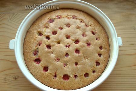 Выпекаем при 180°С примерно 50 минут или пока пирог хорошенько не зарумянится, а деревянная зубочистка не будет выходить из него совершенно сухой.