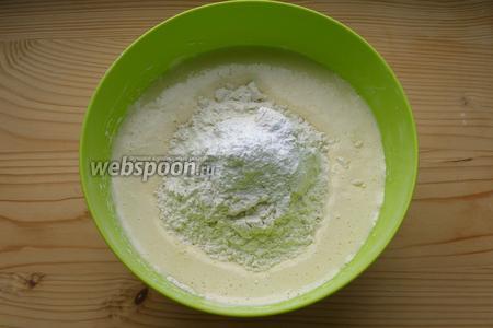 Добавляем соль, муку, разрыхлитель и соду. Тщательно перемешиваем.