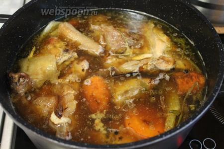 Когда бульон приобретёт золотисто-коричневый цвет, а кости и мясо выварятся, можно считать, что коричневый основной бульон готов.