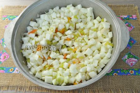 Добавляем патиссоны в овощную смесь и жарим ещё 4-5 минут.
