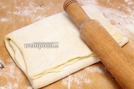 Складываем втрое. Снова держим тесто в холоде (на полке — 30 минут, в камере — 10 минут). Повторно раскатываем, повторяем 4-5 раз.