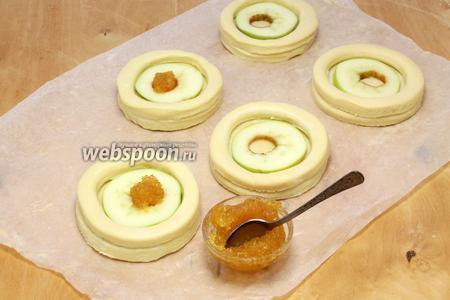 Укладываем яблочоные круги, которые придавят центр. Отверстие заполняем ароматным, очень густым джемом или мармеладом.