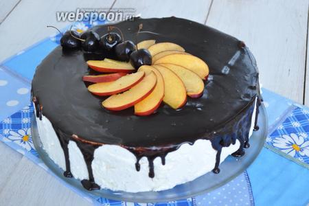 Украсим кусочками персика и черешней. Торт готов.